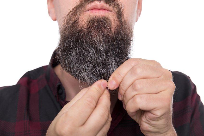 Schuppen im Bart – so wirst du sie wieder los